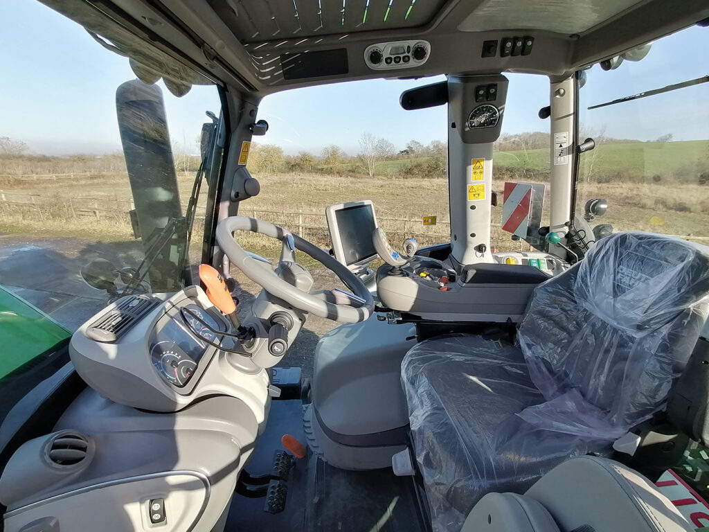 The spacious cabin features a large armrest with integrated drive lever and terminal, along with all key machine functions.
